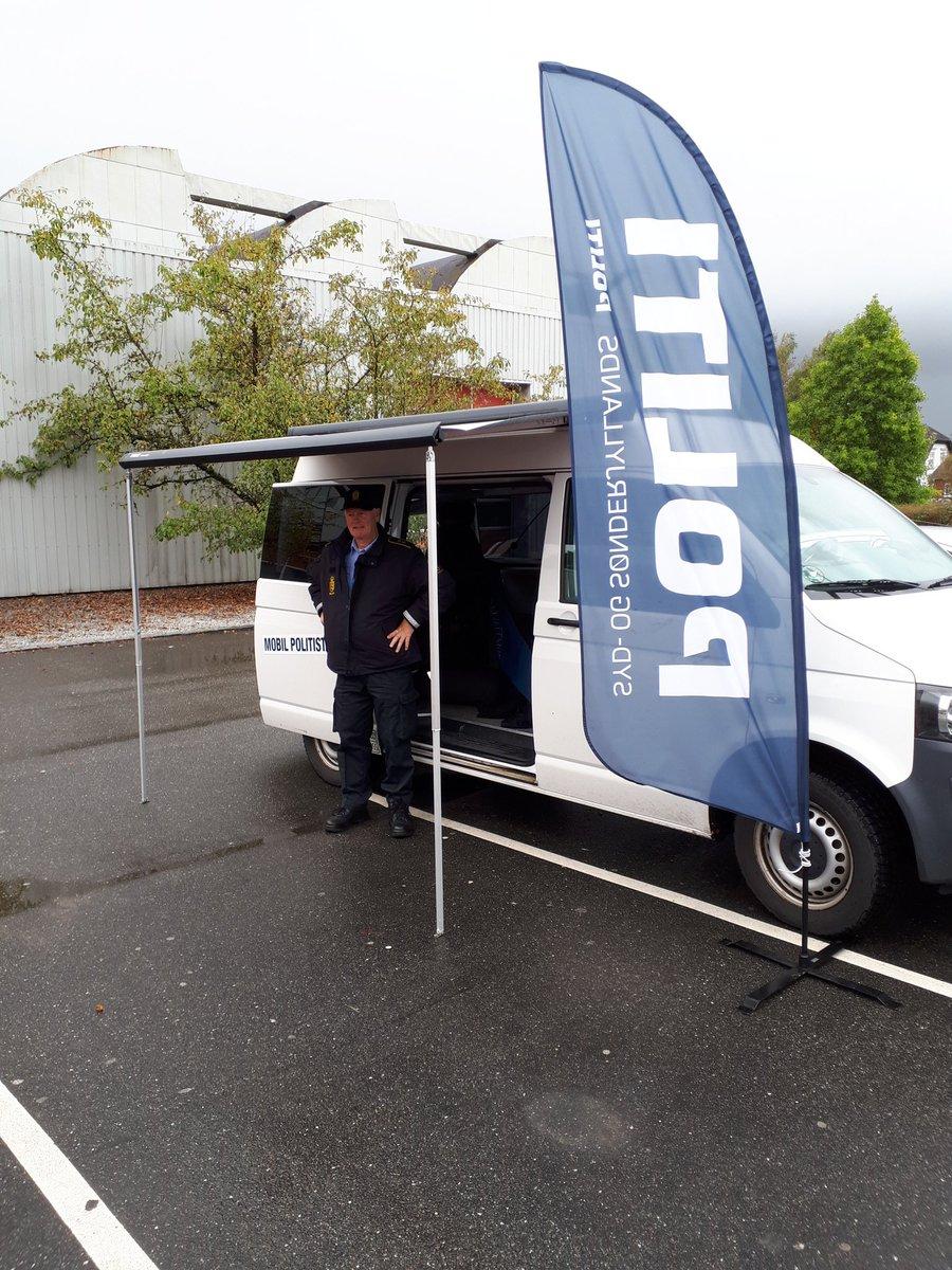 Den Mobile Politistation til stede på vores nye holdeplads i Gram v. ABC Lavpris,  Fabriksvej 7. En del af vores faste kunder er også rykket med herned,  efter at Super brugsen lukkede,  hvor vi havde til huse før. Vejret i dag er ikke ligefrem med os  det styrter ned. https://t.co/wSLQZQi8u2