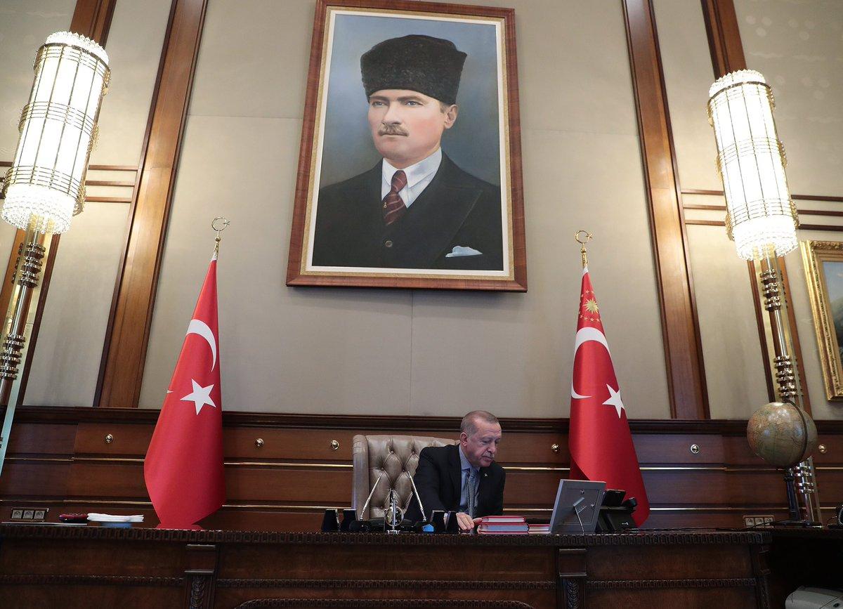 Cumhurbaşkanı ve Başkomutan @RTErdogan, Millî Savunma Bakanı Hulusi Akar'dan bilgi alarak #BarışPınarıHarekatı'nın başlama emrini verdi.