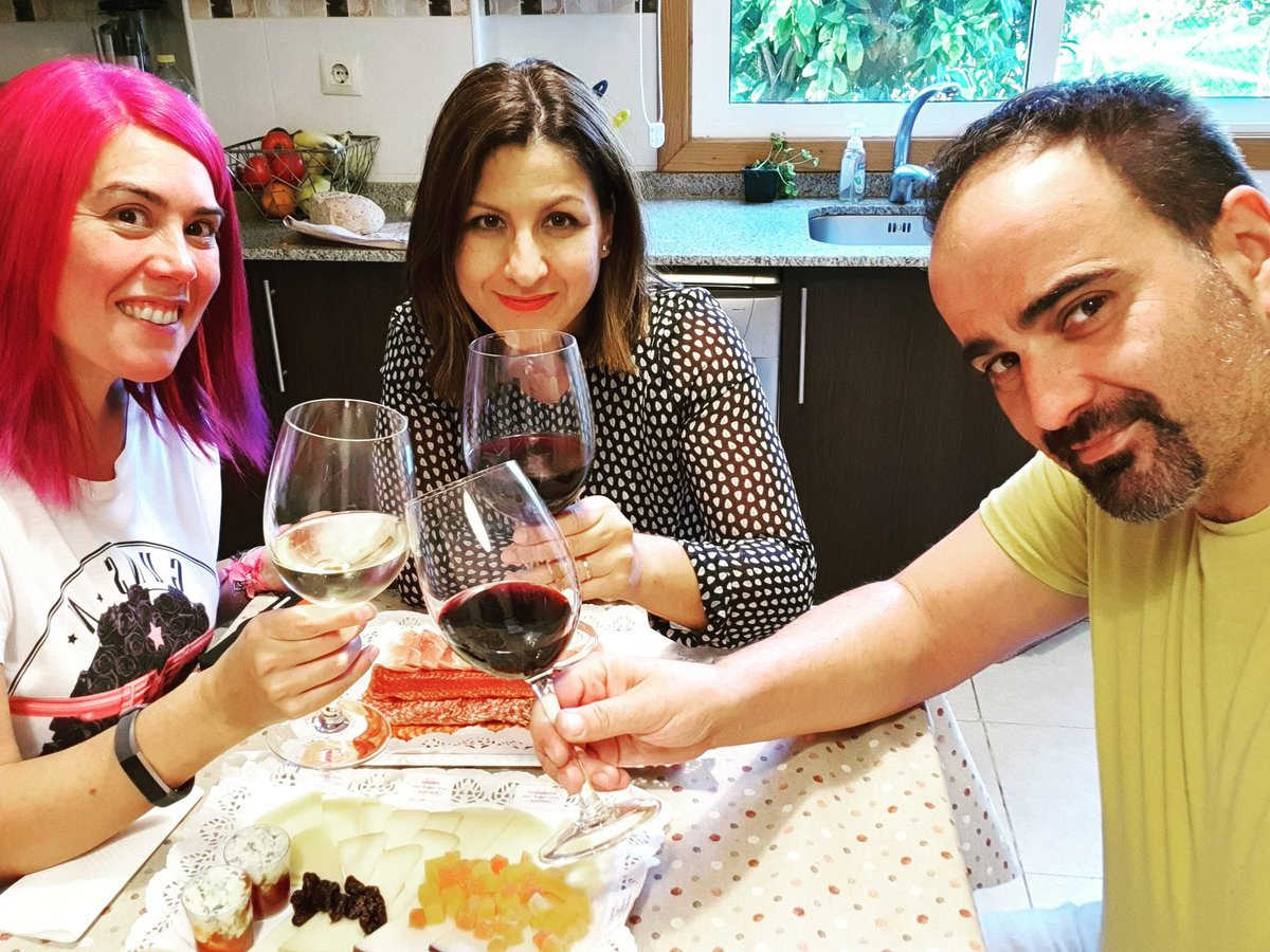 #miercolesdevino con @tisonfe y @nanapikonico y las #tablas de @quesumcheese 😋😋😋😋😋😋 #vigo #comoencasaenningunsitio #comomevoyaponer #asidagusto #cheese #queso #embutidos #cocinaandgo