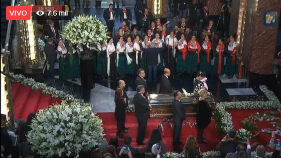 """Con """"Las Golondrinas"""", se despide Bellas Artes de José José, para luego trasladar los restos a una misa en la Basílica de Guadalupe 👉http://ow.ly/j4hL30pH2rA"""
