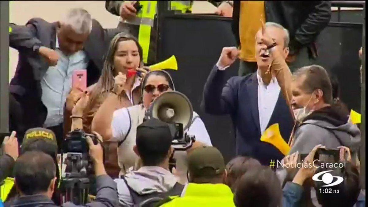 """""""Él es un hombre intachable"""": monja que suscitó críticas por su apoyo a Álvaro Uribe con megáfono en mano http://noticiascaracol.com"""