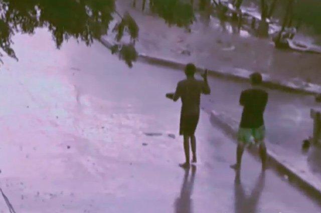Dónde están papás de menores que se 'tiran piedra' en aguaceros, dicen afectados por riñashttp://bit.ly/2VtJnio