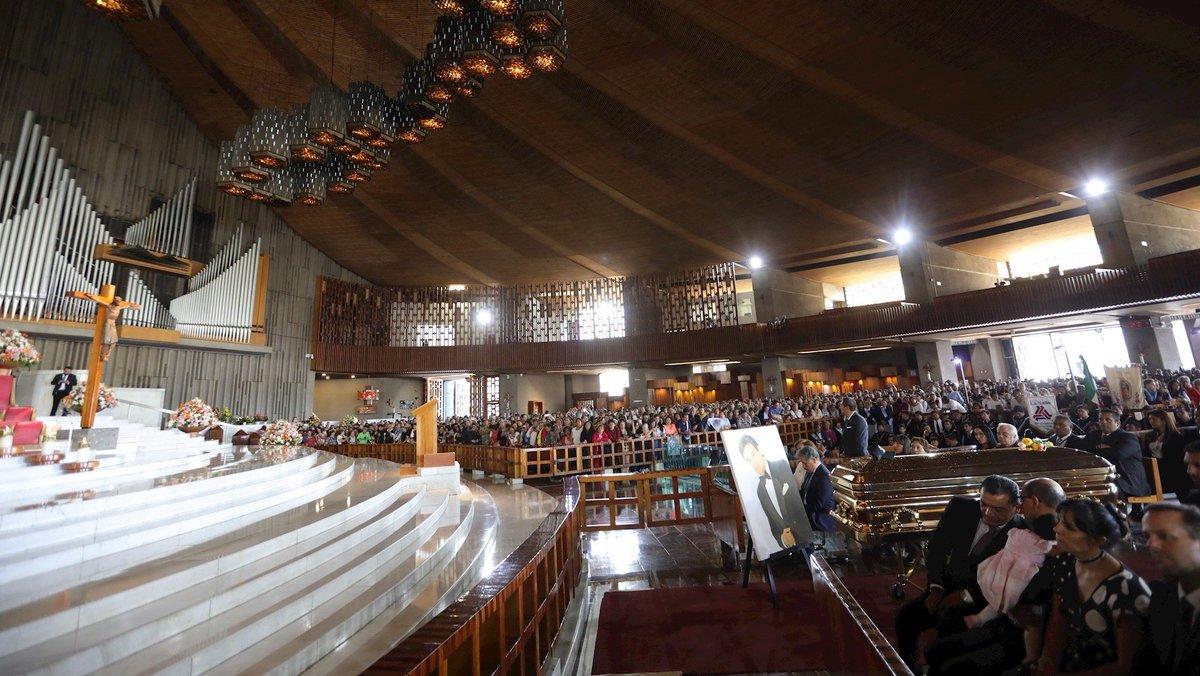 #AMPLIACIÓN Concluye en la Basílica de Guadalupe, la misa en memoria de José José. (FOTOS + VIDEO) http://bit.ly/2OzBnva