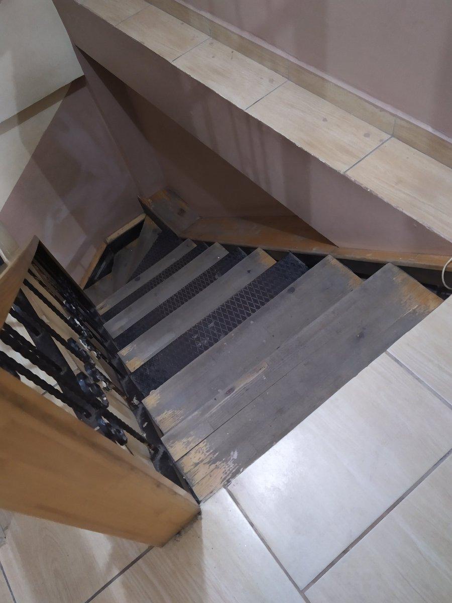 #Çekmeköy Defalarca bu anasağlığı için dilekçe yazdık.Merdivenler sıkıntılı ve dar yaşlılar için bu dik merdivenlerden çıkmak adeta bir eziyet.Doktorların odaları dar çalışanlar bile sıkıntı çekiyor.Çamlık Safiyeali anasağlığı için yenilk istiyorz @Cekmekoybeltr @saglikbakanligipic.twitter.com/EvKF13rg4Q