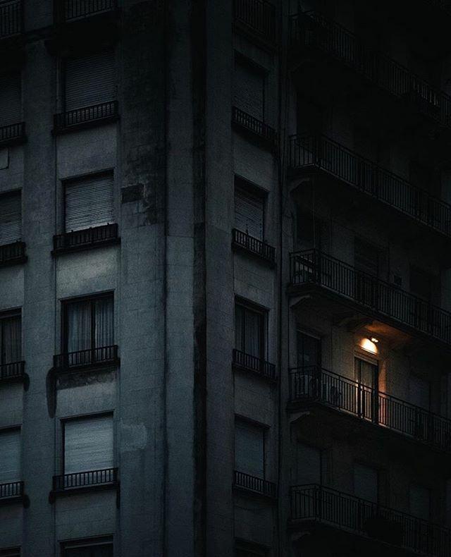 Sentís la electricidad y no la sabes llevar, te quema, te paraliza, no te deja reaccionar. 📷 @anajugob #visual_heaven #visual_creatorz #citylights