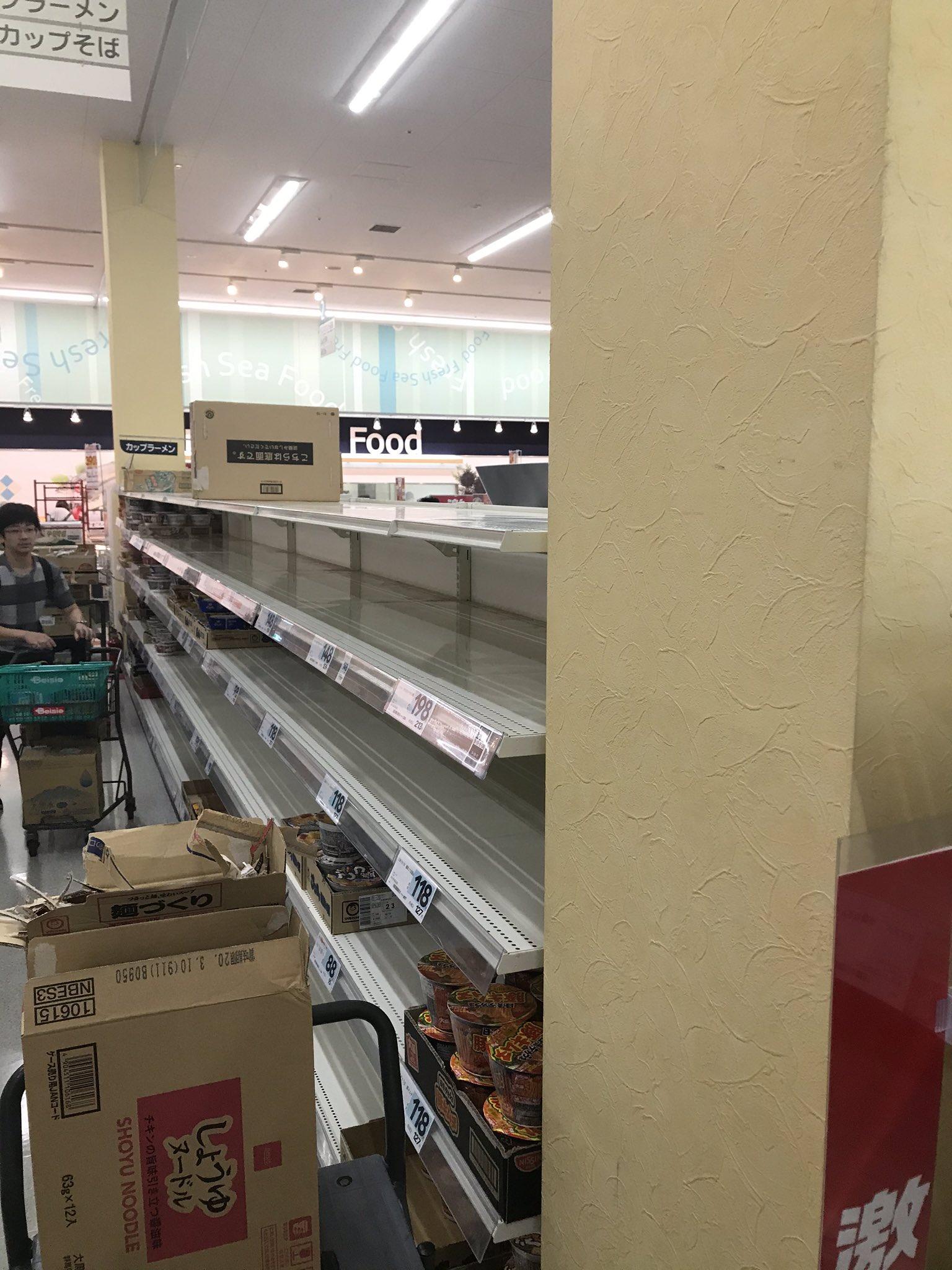 画像,因みに今日の千葉県の朝のスーパーのカップラーメンの棚はこんな感じです。昨日まではいっぱいあったのに。 https://t.co/18xIdnNFaS…