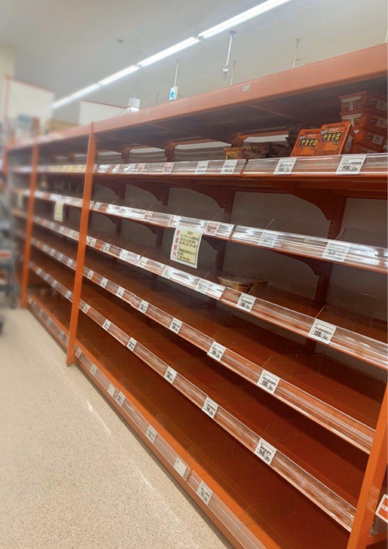 画像,台風襲来に備え先ずは自分の身は自分で守るしかないと悟っている千葉県民の意識。@ 10/10地元スーパーのカップ麺売り場。 https://t.co/qavedd…