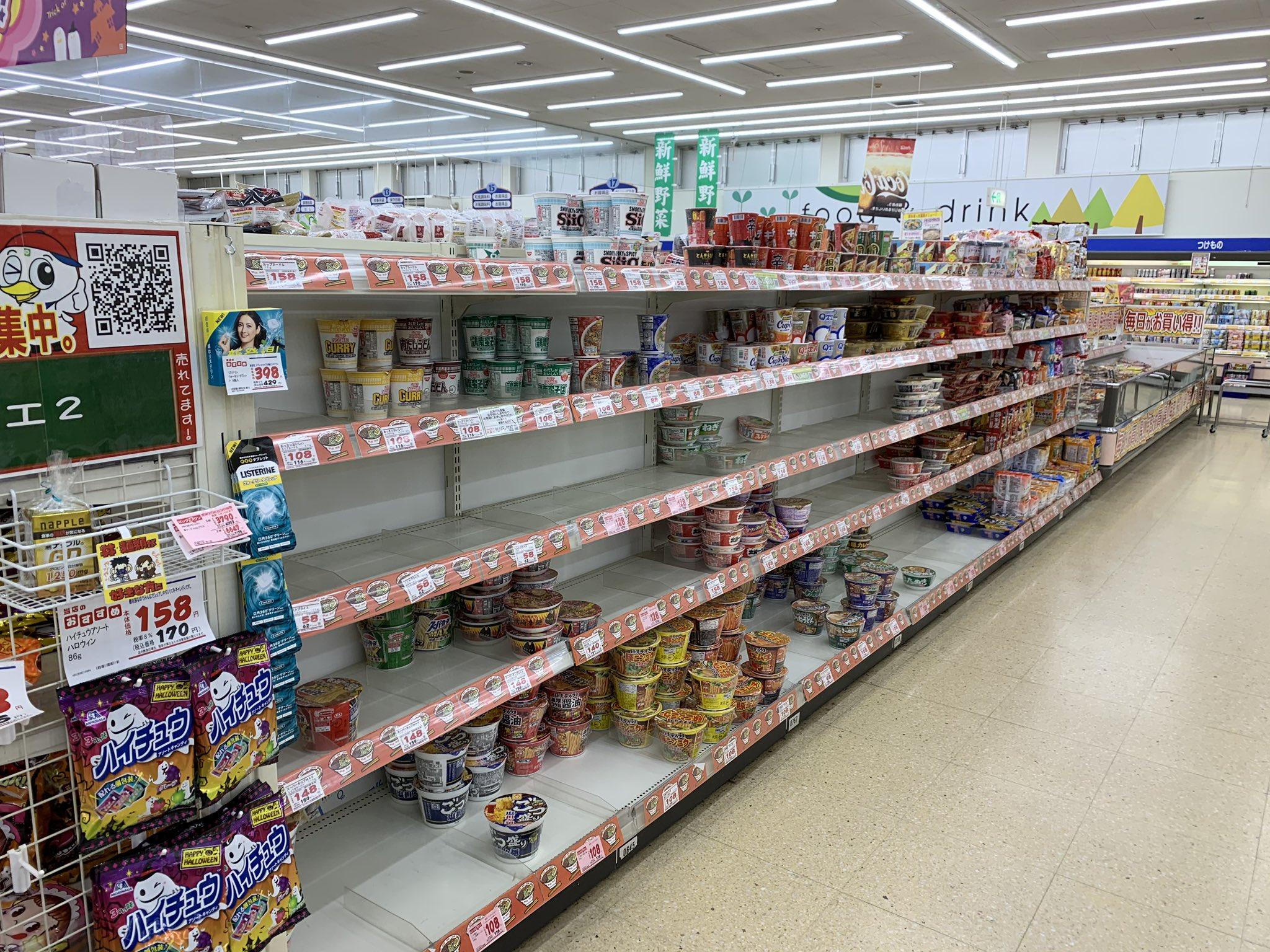 画像,千葉の台風前のスーパーの状況。どこのスーパーもこのような状態。普段からお水大好きなので備蓄ペットボトルとか、男のサガなのか数日生き残れるサバイバルキットは何気に…
