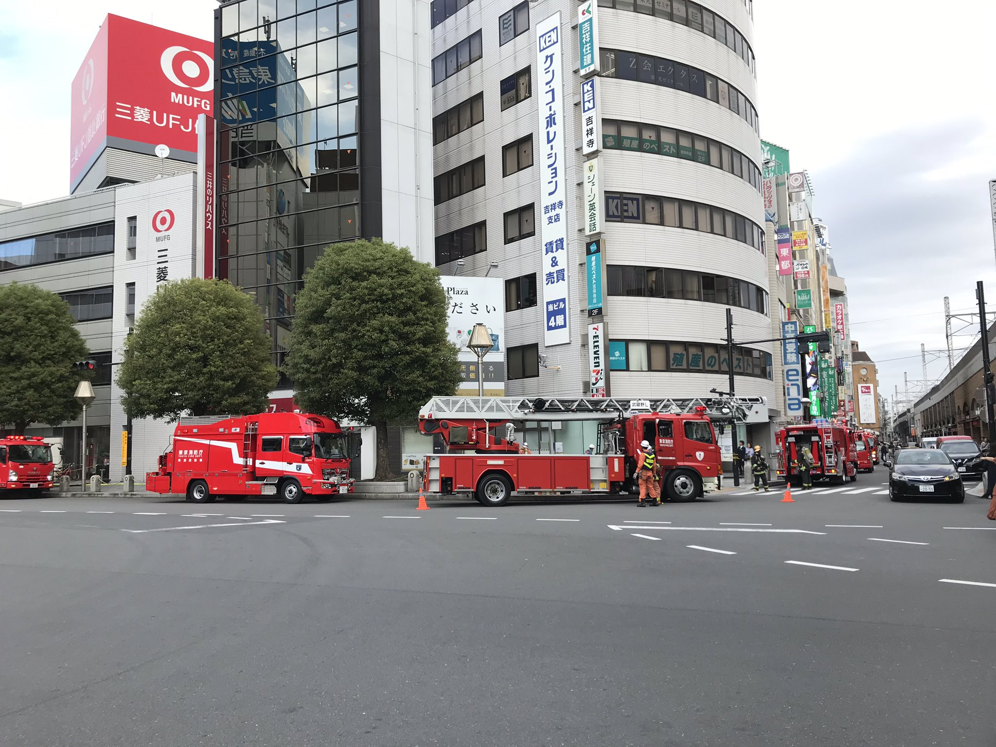 画像,彼女と何か臭くね?って話してたら消防車救急車パトカーが20台くらい来て吉祥寺がカオスやねんけど https://t.co/fG5DdfZR6J…