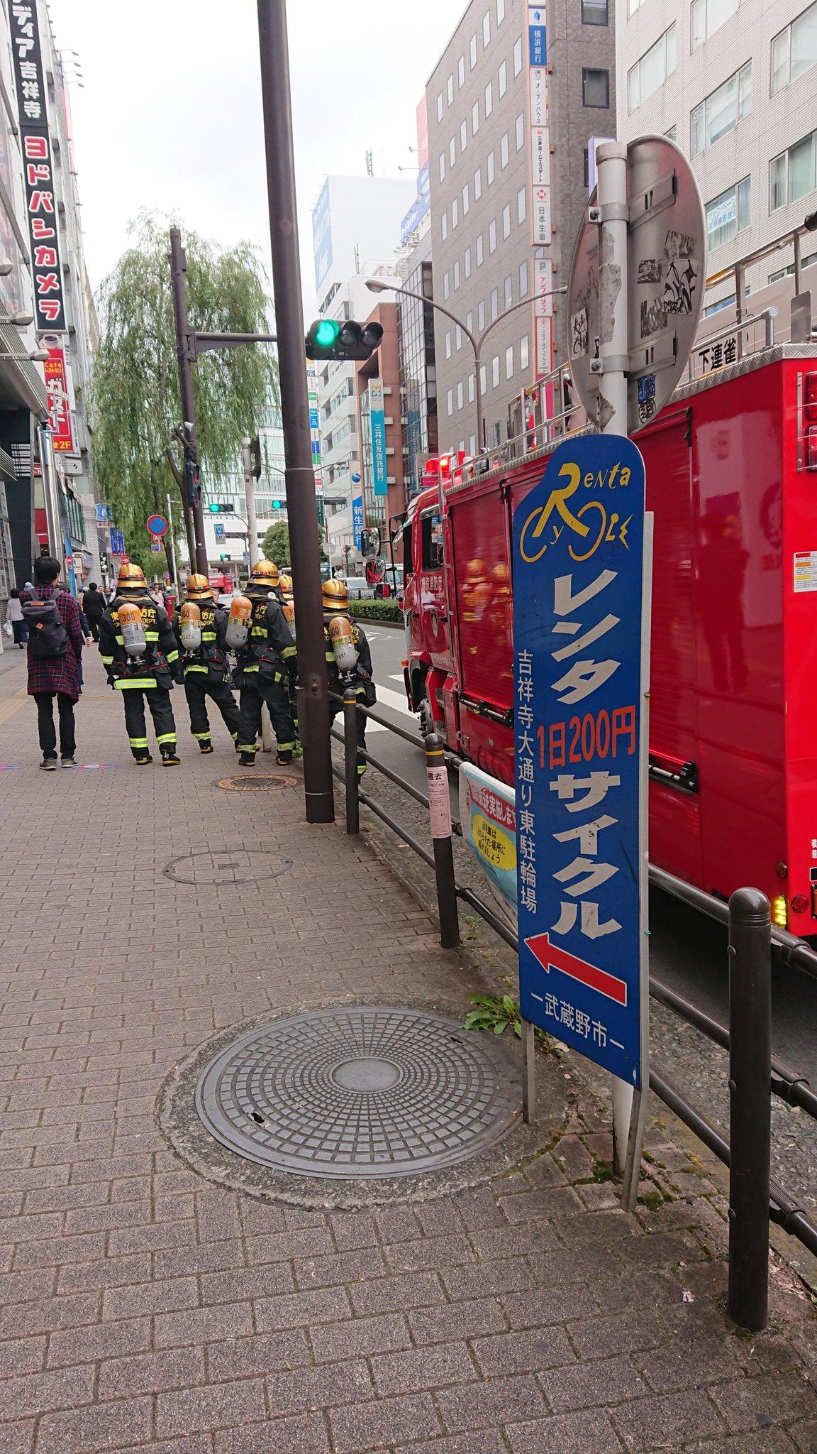 画像,吉祥寺駅前大量の消防車。駅前ロータリーからヨドバシ付近まできてるからアキバの事件思い出す量だけど防火服とか着てるのと救急車は多くないやも。 https://t.…