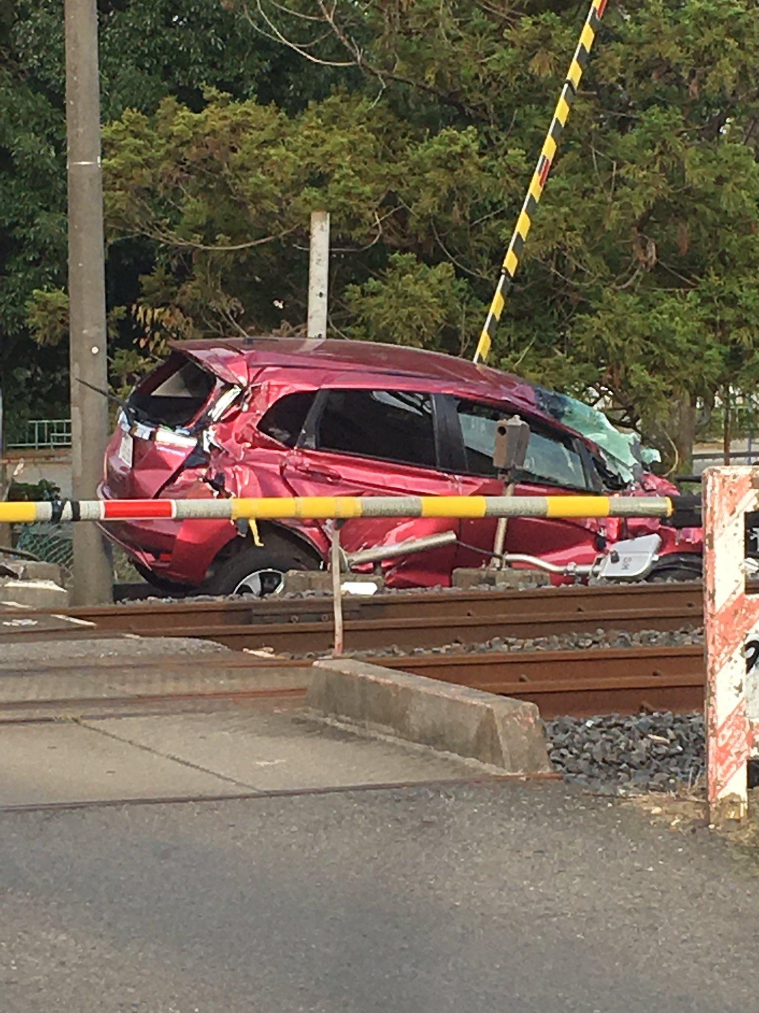 画像,印西小林の踏切で車と電車が衝突!運転者はいないみたい。#事故  #電車  #衝突 https://t.co/Nu3SkexZrk…