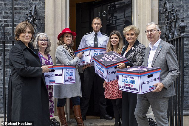 Sharon delivered her 360,000-strong petition to @10DowningStreet this week with @DailyMailUK and @WestminsterWAG You can still add your name here: change.org/p/the-new-prim…