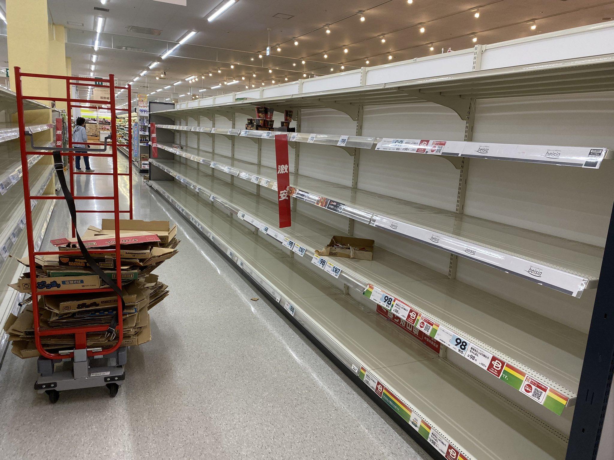画像,千葉のスーパーすごい。レトルト食品、缶詰め、パスタ、カップ麺棚が空っぽ。何故かパンとバナナも一個もない駐車場内で事故してるくらいみんな慌てて大変だー。 http…