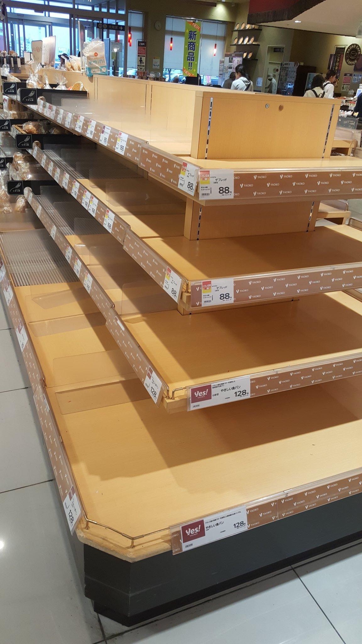 画像,千葉県のスーパーのパンコーナー、カップ麺コーナーがすごいことになっている。台風、怖いですね https://t.co/3QHMtztXkD…
