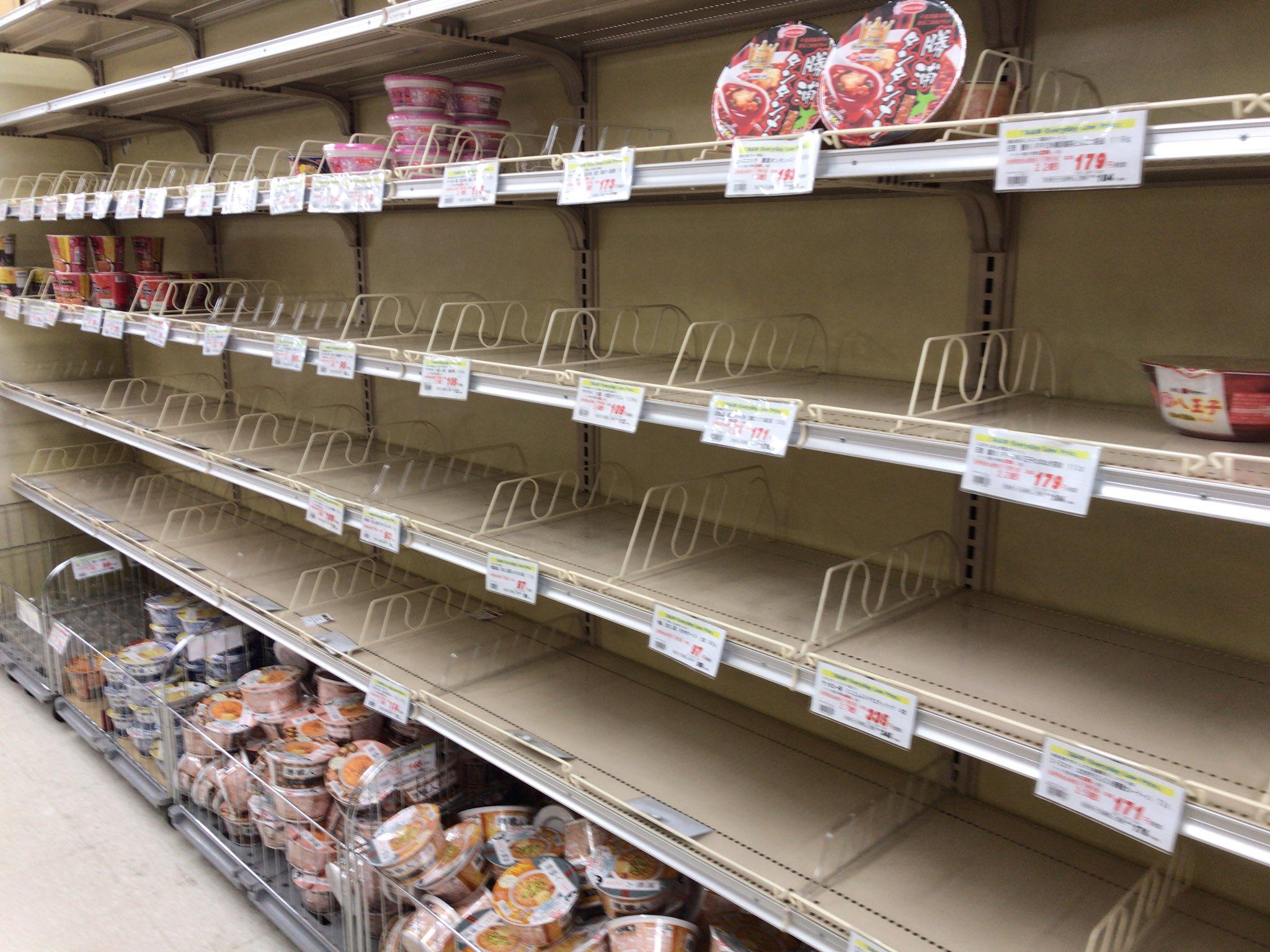 画像,仕事に戻る前に、スーパーに行ってみようとしたら… この状況です。水はない、パンもない、カップ麺もだいぶなくなってる。台風に気をつけて… https://t.co…