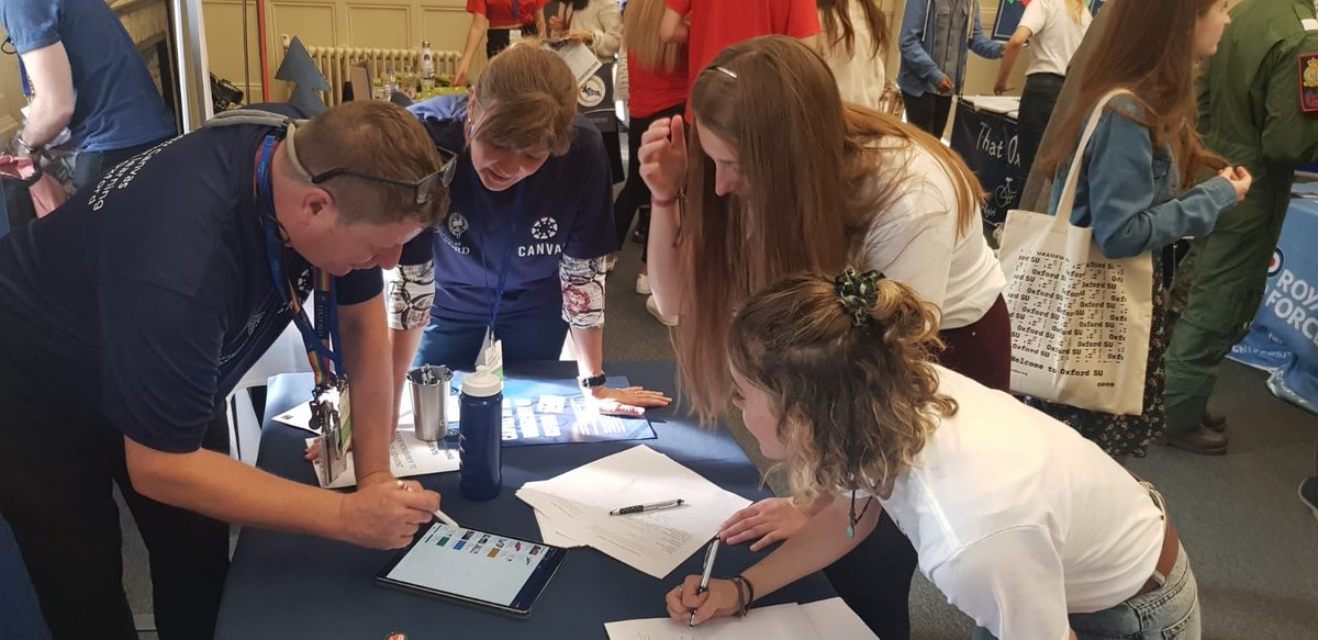 Getting feedback on @CanvasOxford from so many of you @OxfordStudents at #FreshersFair! It was fantastic meeting you all! Plus we enjoyed being stall neighbours with @thatoxfordgirl #thatoxfordgirl