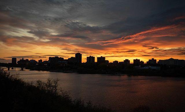 This photo of the Saskatoon skyline was taken on the night walk last weekend with #wwpw2019 #scottkelbyworldwidephotowalk #yxephotography #sunsetontheprairies https://ift.tt/2M404htpic.twitter.com/y6gLwfFnFd