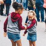 Imagen para el comienzo del Tweet: Sisterly love 💕 // Is
