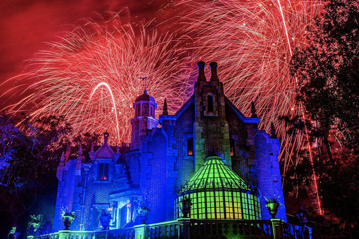 """A spooktacular Haunted Mansion and the """"Disney's Not-So-Spooky Spectacular"""" fireworks are the stars of tonight's """"Disney Parks After Dark"""" photo!  http:// bit.ly/33jERWt    <br>http://pic.twitter.com/v1ML2yJNlx"""