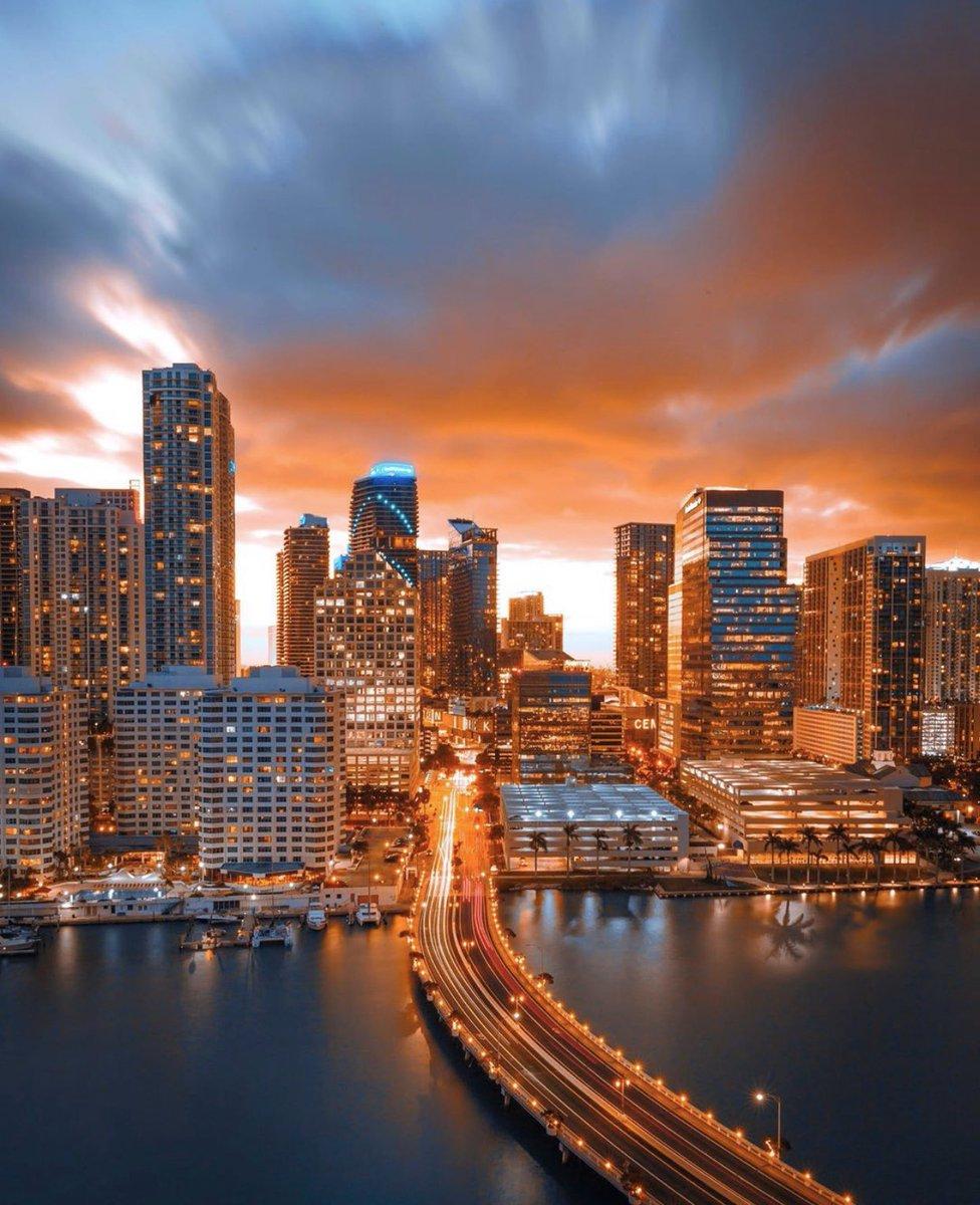 Golden hour views in #Miami 🔥  📸: flashingrayz via Instagram https://t.co/WEEDBfOwmM