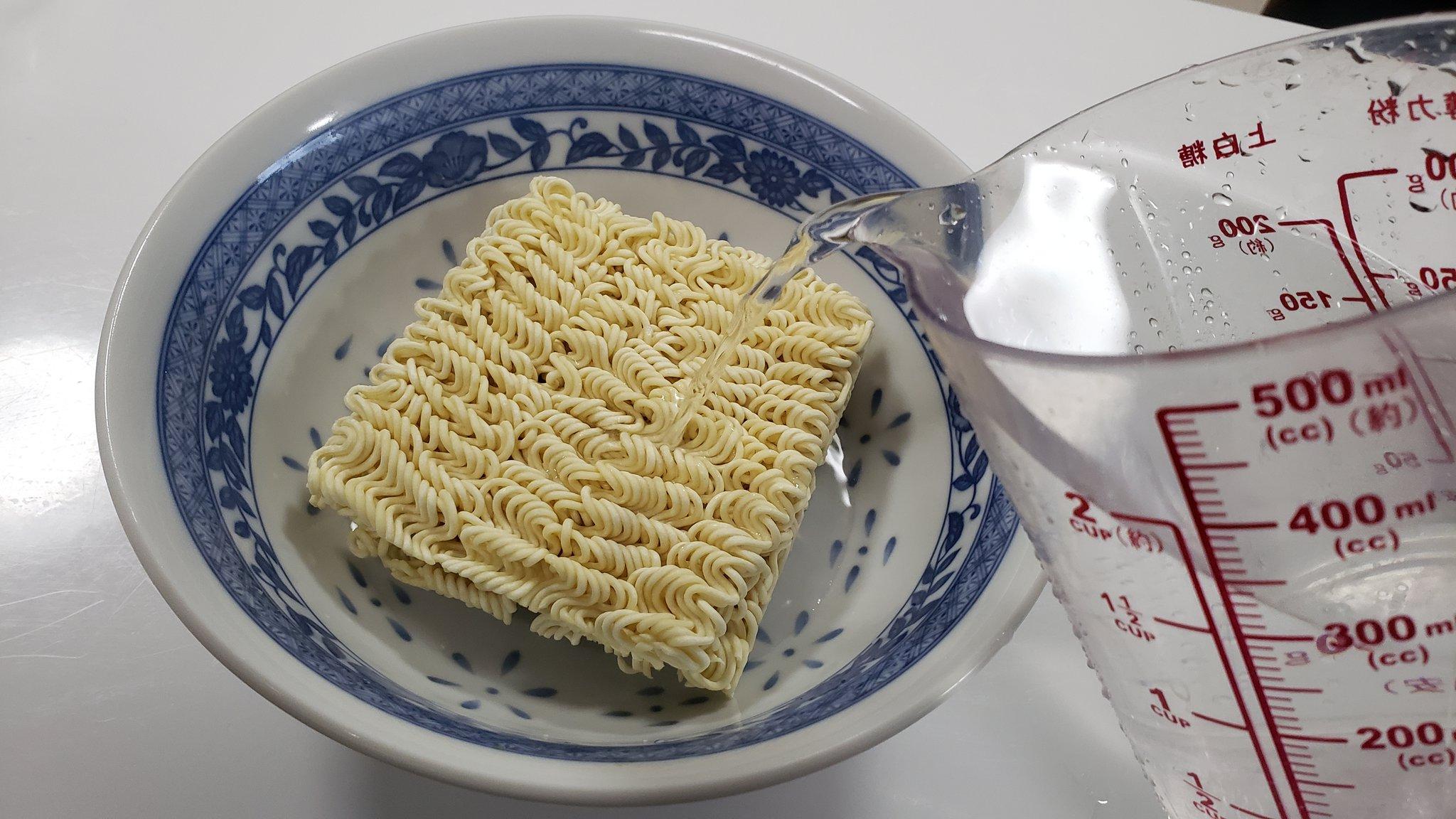 サッポロ一番って実は水だけで作れるんですよ 乾麺を水450ccに浸して25分くらい置くと麺がかなりもどる おまけに付属の粉末スープは水に溶けるようになってるのでスープも旨い 水さえあればりっぱな食料になるので台風対策に是非 #台風対策