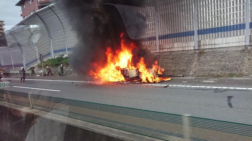 名神高速の大津SAの車両火災現場の画像