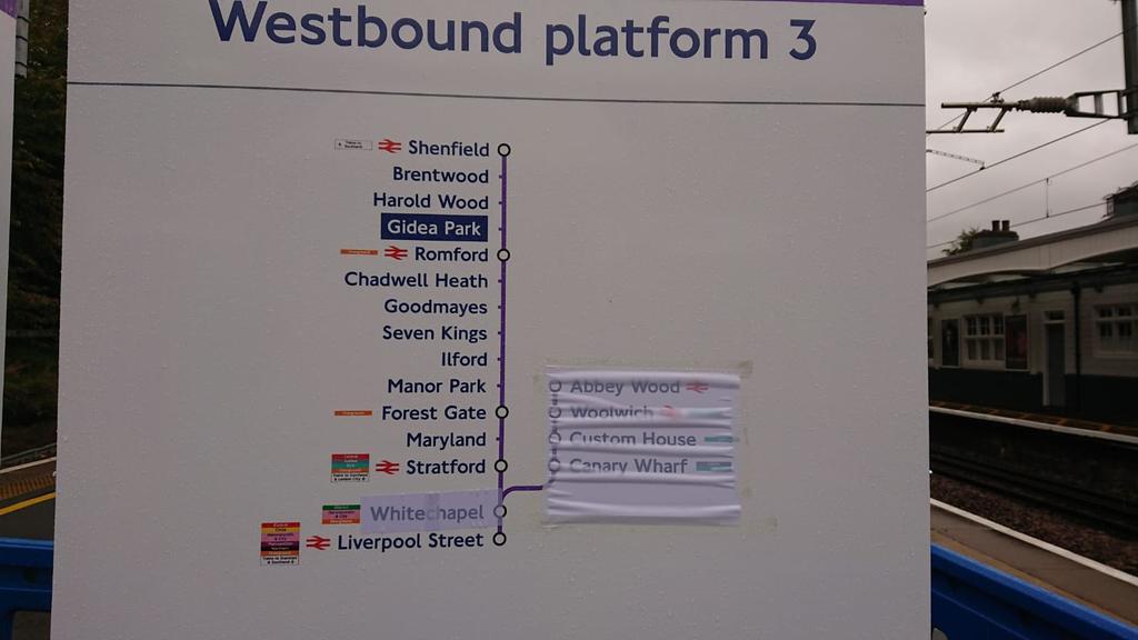 EGljN8LWkAAakna - Crossrail's inconsistent signage