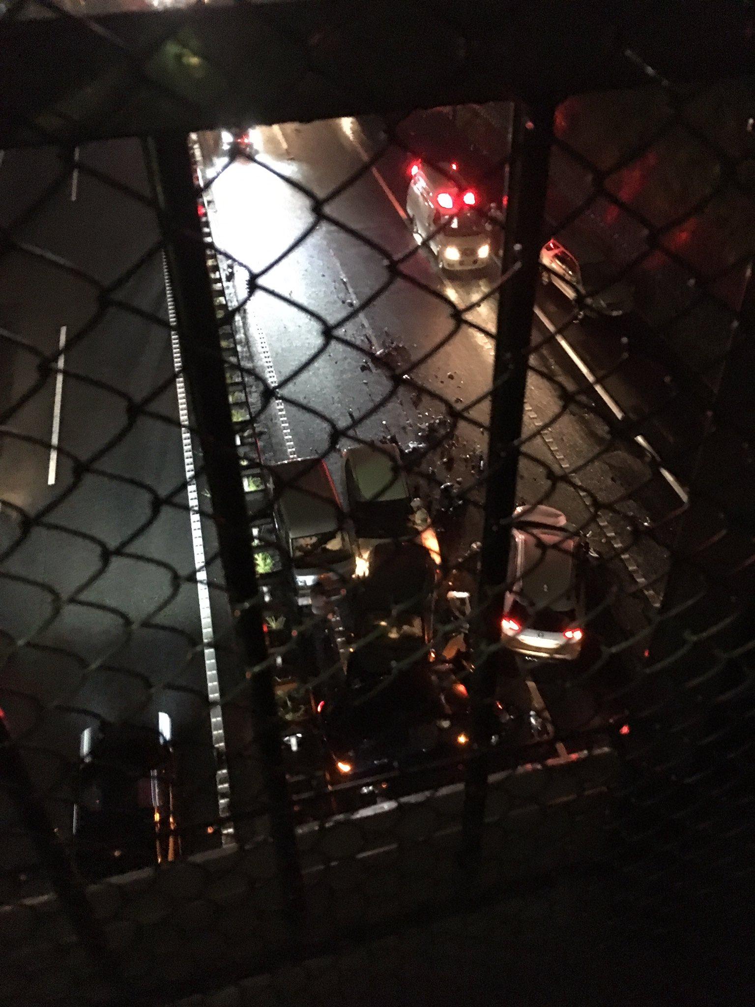 横横道路の車13台が絡む多重事故の現場画像