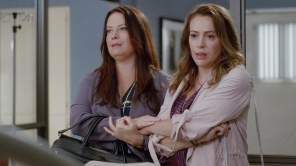 """If you haven't heard yet, #GreysAnantomy S16E3 is starring @H_Combs and @Alyssa_Milano as sisters! To make it even cooler, the episode is called """"Reunited."""" And to be truly accurate, they are in the hospital to see their third sister.  WATCH! https://t.co/mxvUm0xWcN"""