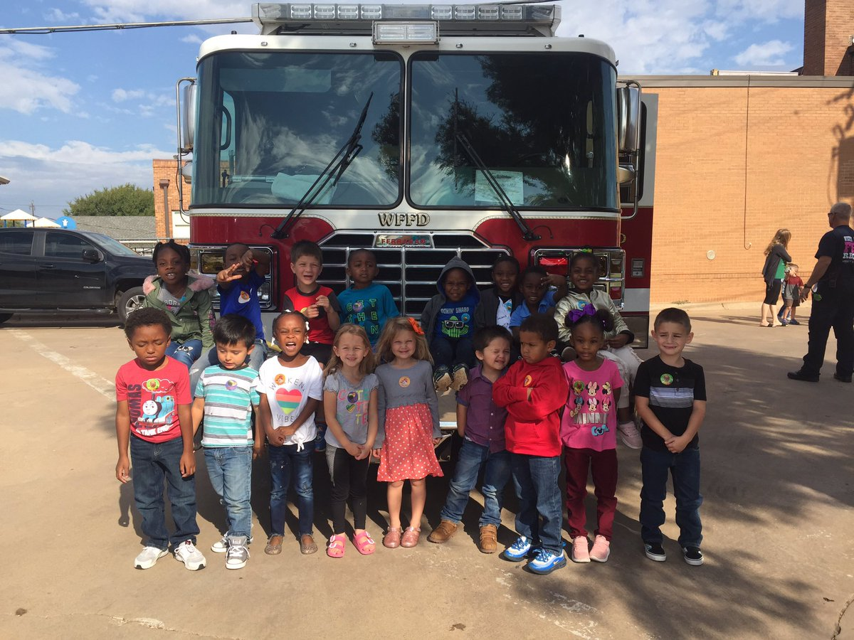 Chaplin's Champs had a visit from WF fire department. #bebold#bethelight#stopdropandroll <br>http://pic.twitter.com/IQhy1M41Ea