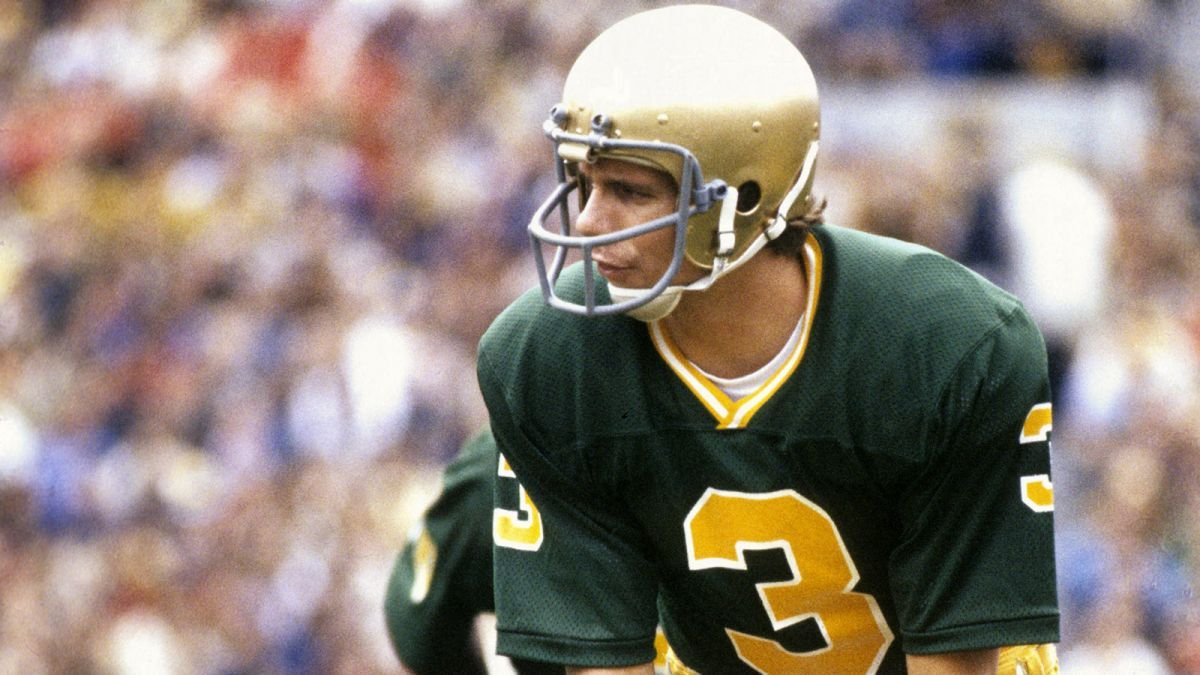 #DYK: Joe Montana was an unknown @NDFootball backup QB until this day in 1975? the Irish trailed @TarHeelFootball 14-7 in the 4th qtr, when Montana's number was called. Joe rallied the team with two scores and a 21-14 victory. #ImARealFan