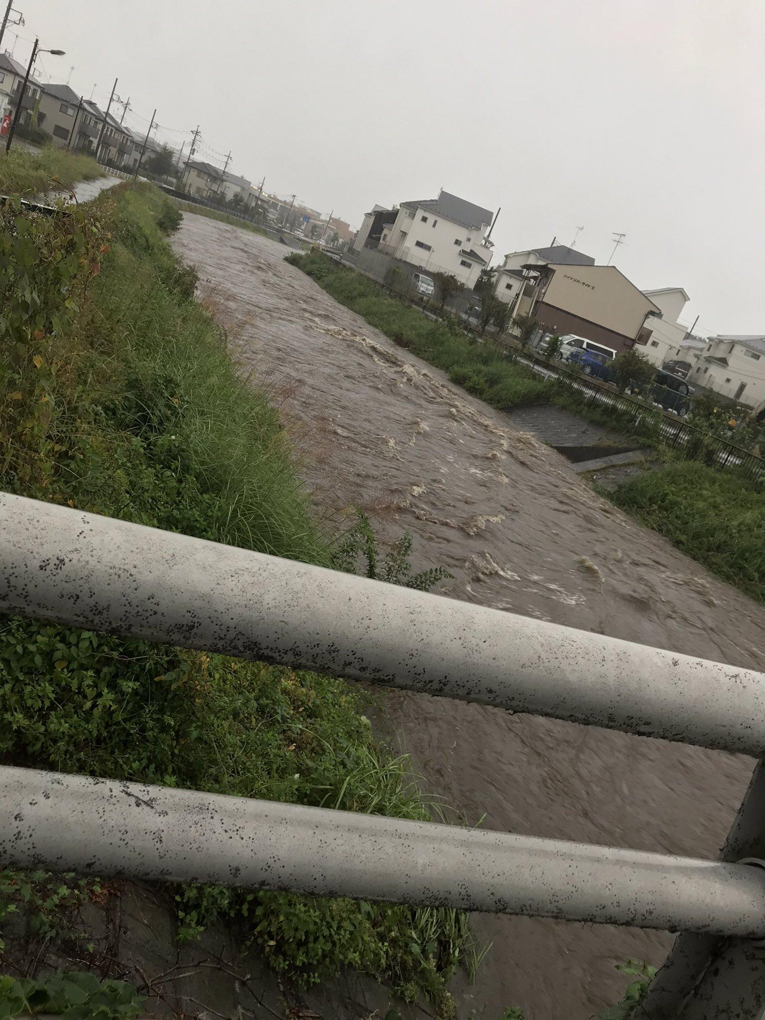 台風19号の豪雨で境川が氾濫危険水位を超えている現場の画像