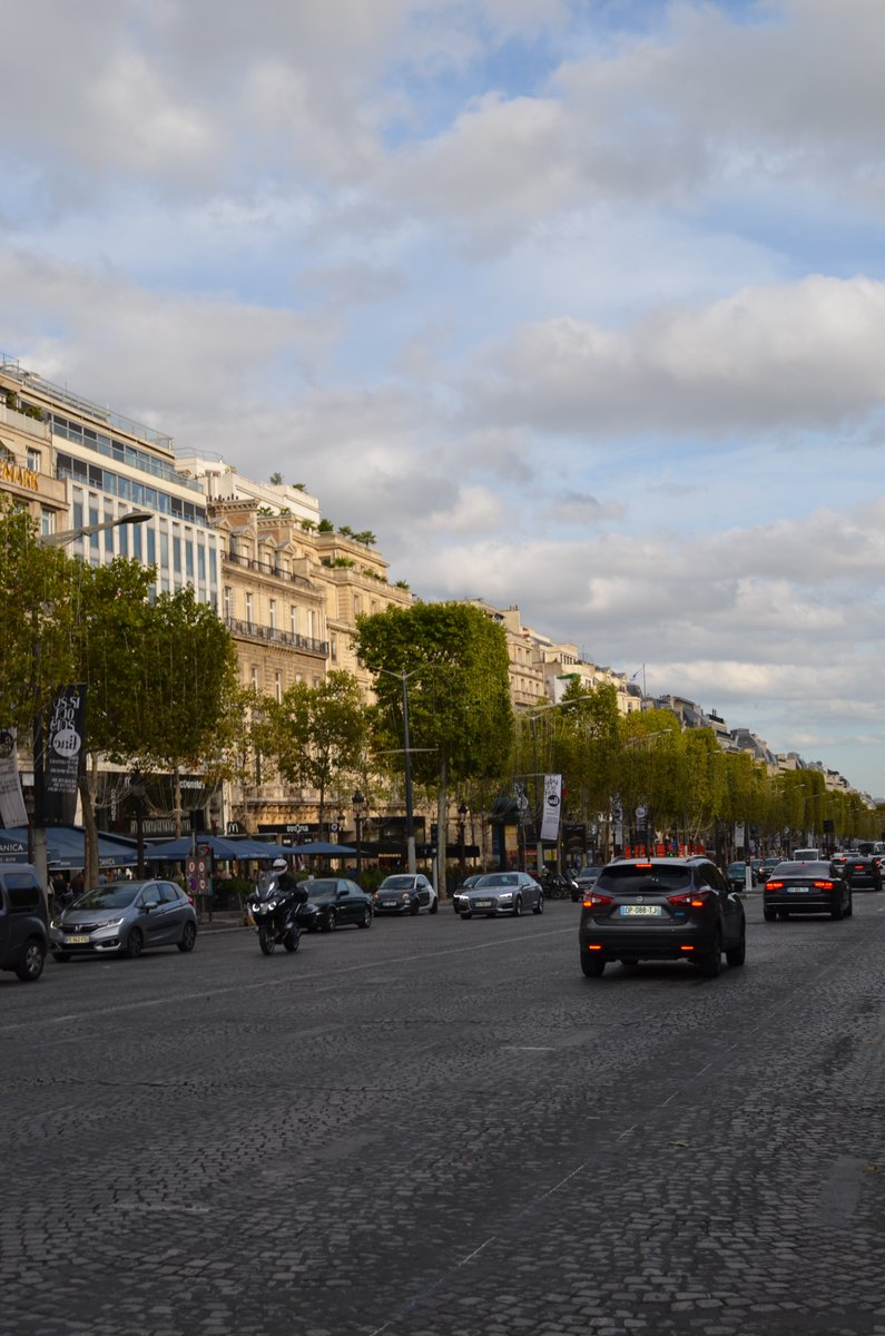 Views of #ChampsElysees in #Paris France<br>http://pic.twitter.com/ww7fS5NwzT