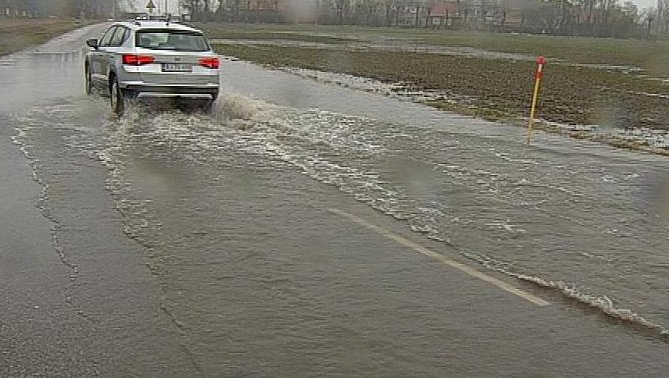 Vi har store vandmængder mange steder i hele politikredsen pgr. af den kraftige regn. Flere steder er veje delvis oversvømmede med vand. Ingen vej er spærret endnu. Så kør forsigtig i vandmængderne og vis hensyn #politidk https://t.co/WLTzS00AYD