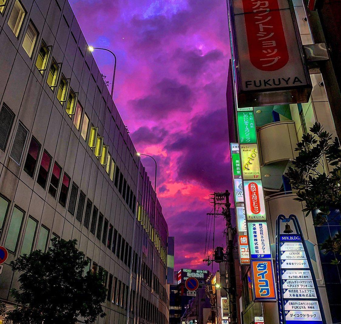 Sudut kota Tokyo, langit berwarna ungu.