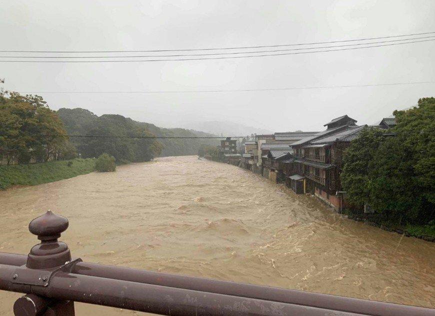 三重県伊勢市を流れる五十鈴川が氾濫寸前になっている写真画像