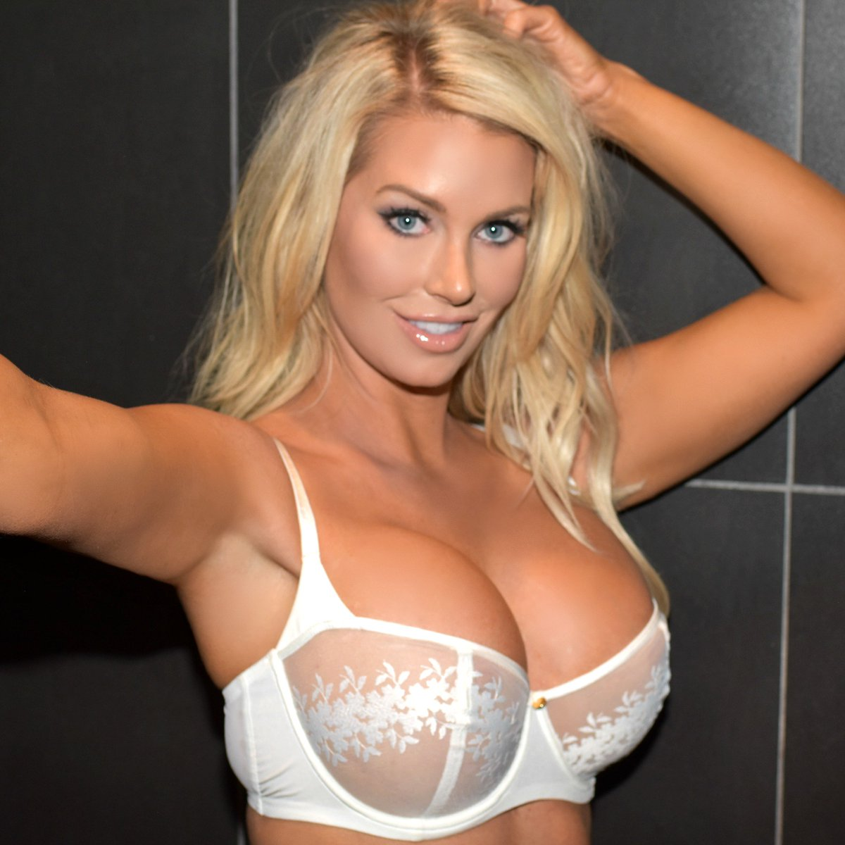 RT @_ElleJohnson: #NationalComingOut of my bra day! Okay, maybe I've got that wrong. Sorry! https://t.co/sb3TSelT0D