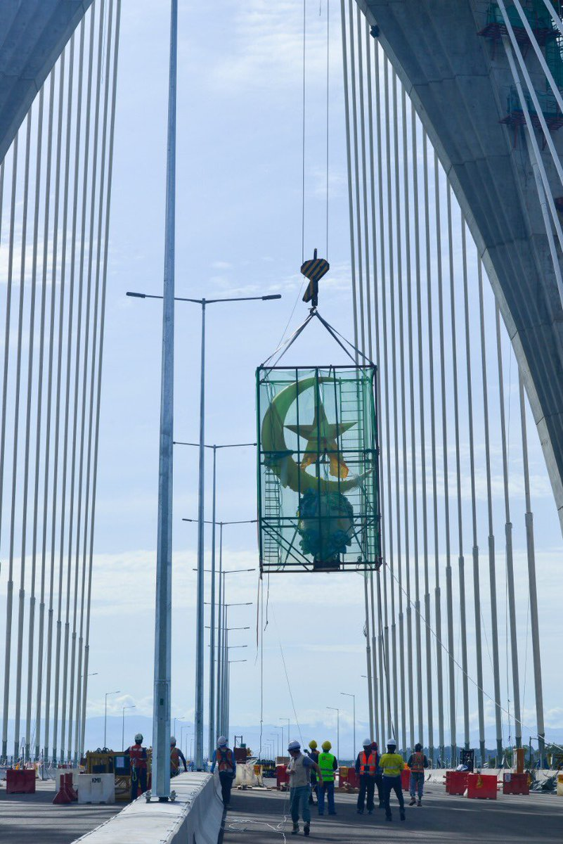The Temburong Bridge Project marked another important milestone on Friday with the installation of the Crescent-and-Star feature on the first tower of the Navigation Bridge, Single Tower Cable Stayed Bridge, crossing the Brunei Channel   https:// borneobulletin.com.bn/crescent-star- crowns-temburong-bridge-2/  … <br>http://pic.twitter.com/bGN2bMLioz