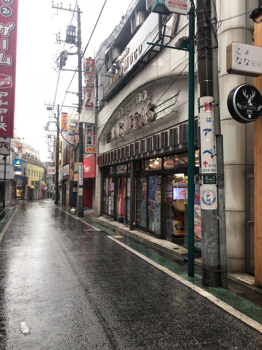 下北沢駅前は、台風19号の影響でほぼ全ての店が閉まっている中、小池栄子の実家のゲームセンターだけオープンしている。