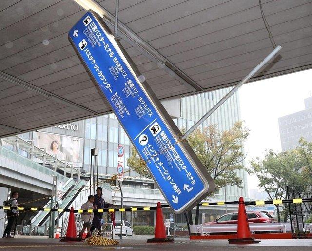 台風で駅のつり下げ案内板が落ちる JR三ノ宮駅#神戸新聞 #台風19 #三宮