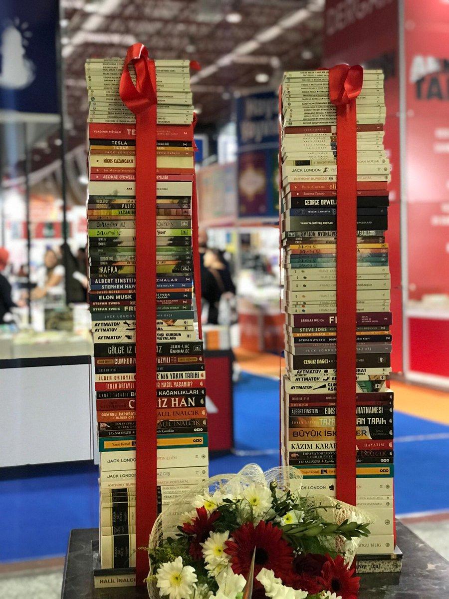 EN GÜZEL HEDİYE KİTAP!! #ÇekilişVar • 1 kişiye 75 kitaptan oluşan dev kitap kulesini hediye ediyoruz. Katılım için bu tweeti Retweet edip sayfamızı takibe almanız yeterli... https://t.co/FZbdNVTYDV