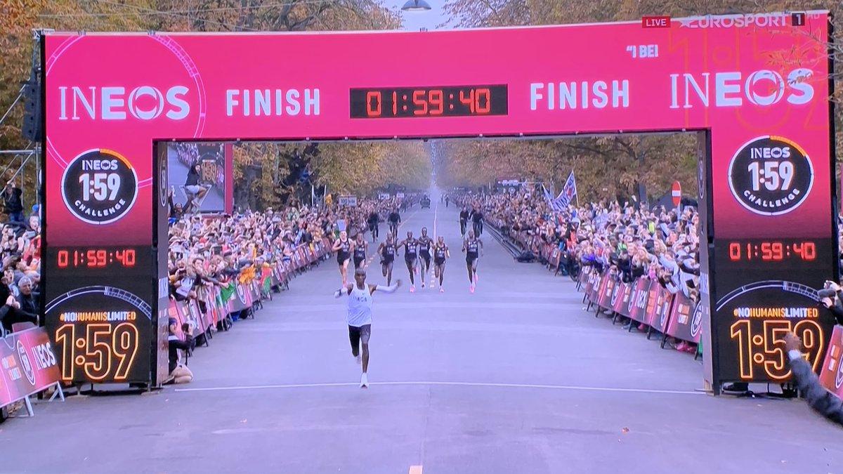 WAHNSINN!!! #Kipchoge bleibt beim #Wien-#Marathon als erster Mensch unter 2:00 Stunden!!! 1:59:40 Stunden #Weltrekord 😃💪🏼😃💪🏼😃💪🏼😃 #Gänsehaut