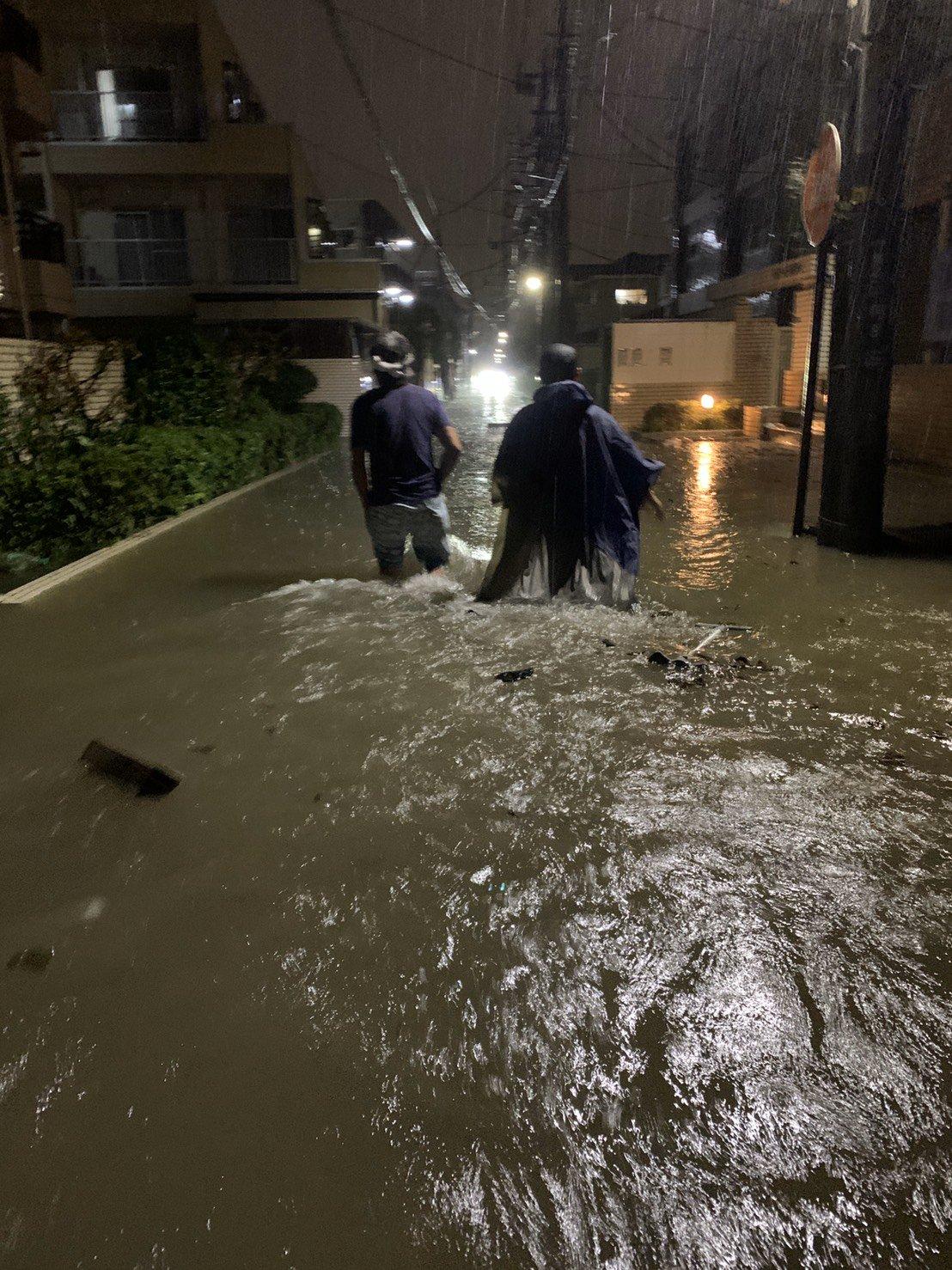 二子新地周辺に多摩川の濁流が流れ込み冠水している現場画像