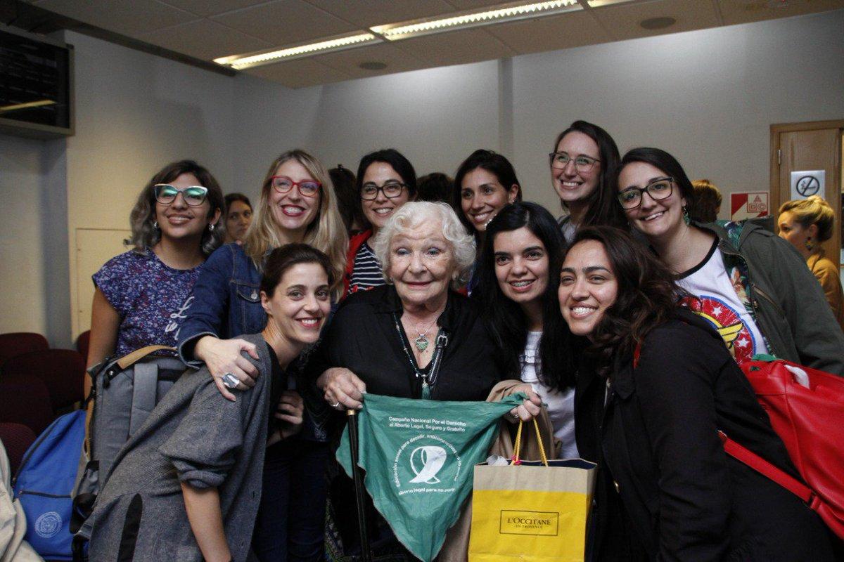 Las feministas💜 ocupamos las calles y estamos también en las instituciones. Hoy Argentina sonríe y destila esperanza. Gracias @BarrancosDora, @MontenegroViki y Nelly Minyersky por este encuentro👇🏼 Dale @FrenteDeTodos, adelante Argentina✊🏼✊🏼 #diálogosfeministas