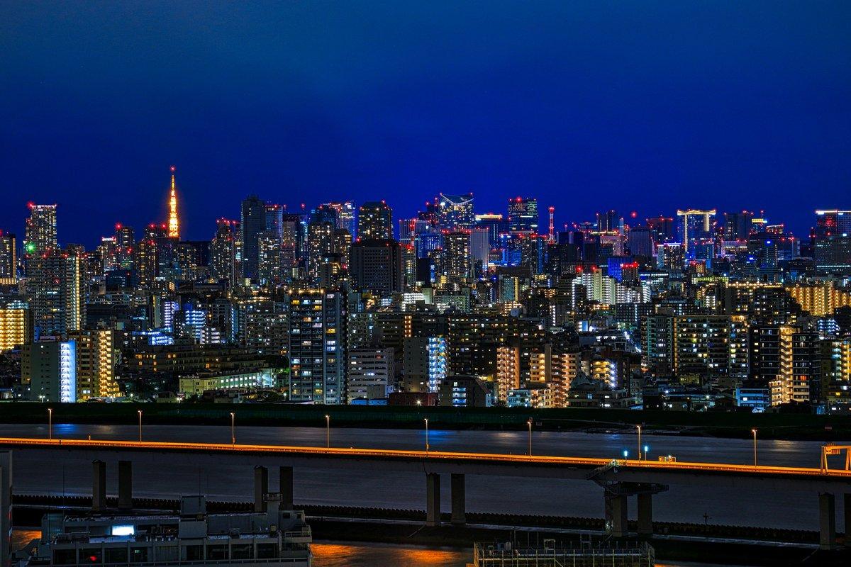 東京は台風が過ぎ去って夜景が見えるようになっています。