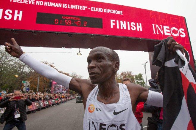 【キプチョゲ、史上初の1時間台】男子マラソンの世界記録保持者エリウド・キプチョゲ(34)=ケニア=がマラソンで「人類初」の2時間切りに挑戦するイベントが開催され、1時間59分40秒(速報値)でゴール。諸条件を満たしていないため記録は公認されません。記事はこちら⇒