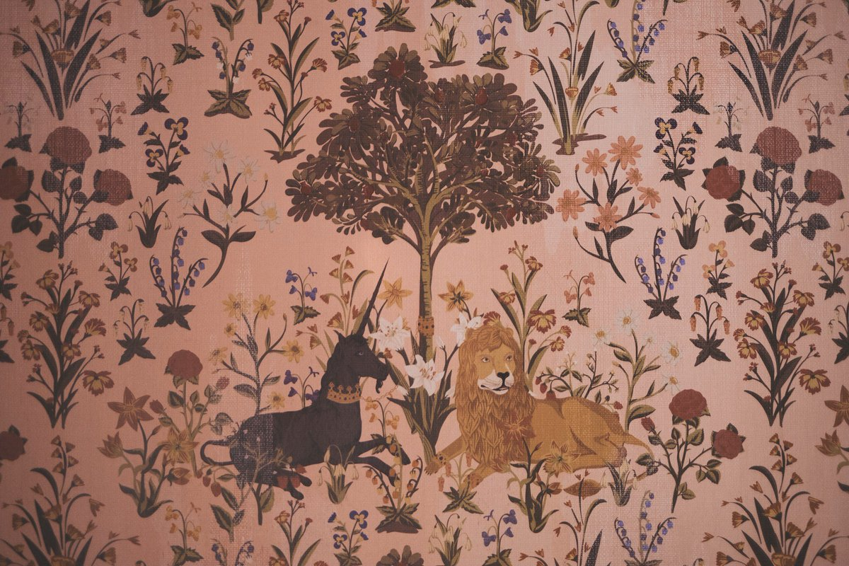 片渕 ゆり บนทว ตเตอร グリフィンドールの談話室はこちら 全体を写してる写真がなかった この壁紙 じつはマグル界に実在します 貴婦人と一角獣 という名前のタペストリーで フランスのクリュニー中世美術館というところで見られます 全体像が気になる方