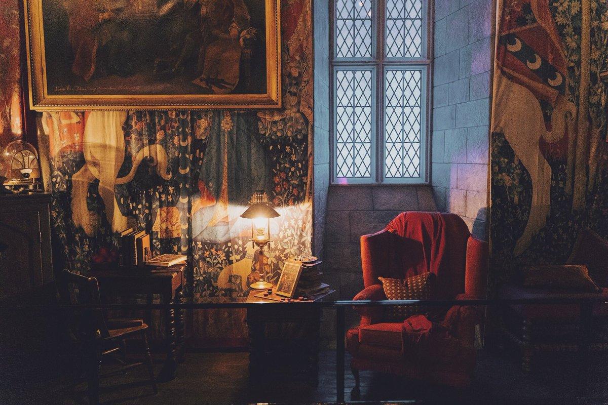 片渕 ゆり グリフィンドールの談話室はこちら 全体を写してる写真がなかった この壁紙 じつはマグル界に実在します 貴婦人と一角獣 という名前のタペストリーで フランスのクリュニー中世美術館というところで見られます 全体像が気になる方は