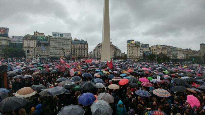 Lluvia quién te conoce. El primer paro a Macri se lo hicimos las feministas antes que la CGT un día de lluvia épico. Así que ni nos vimos. ¡Al Encuentro Plurinacional en territorio querandí llueve, truene o gobiernela provincia Vidal!