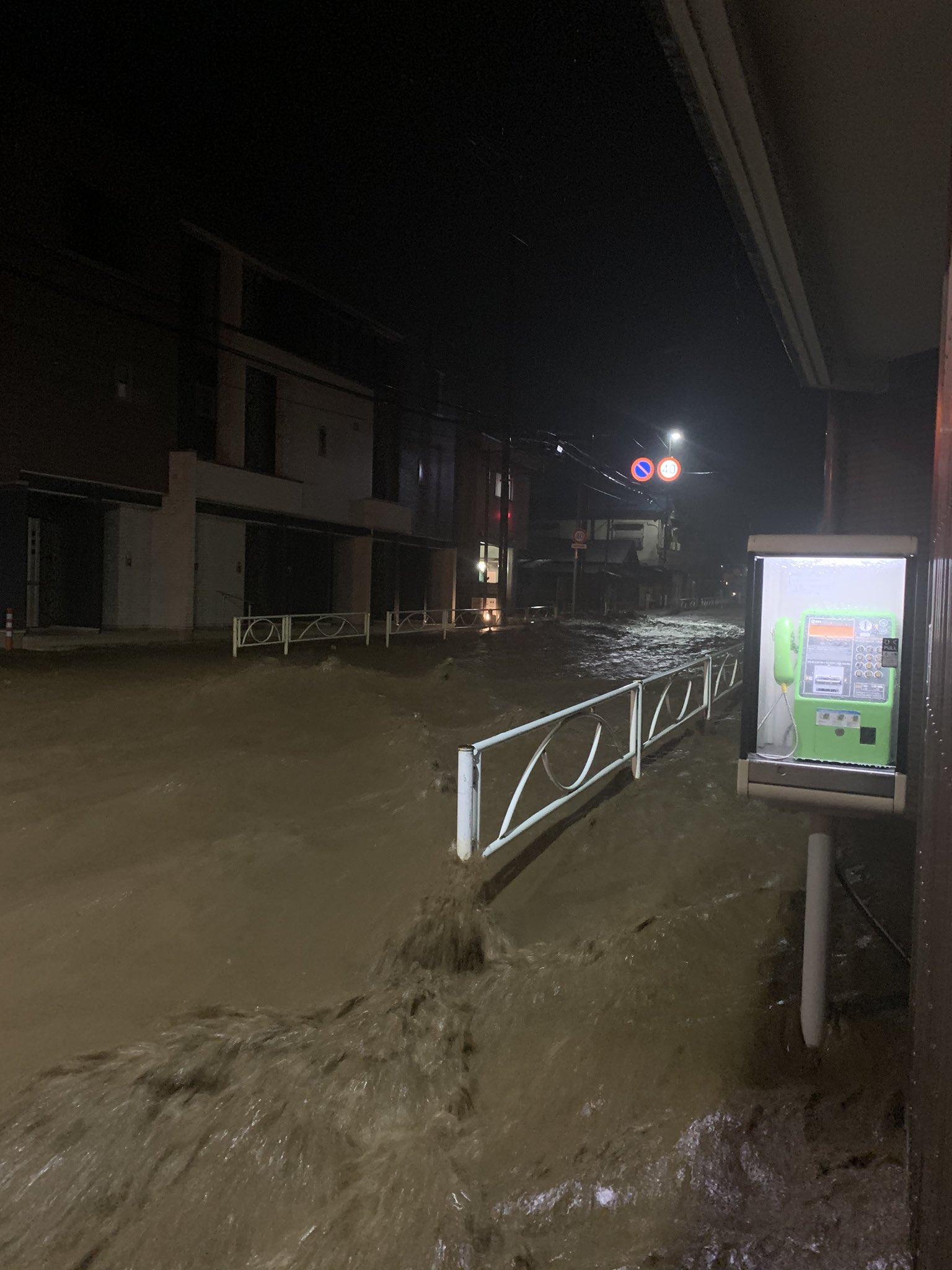 南浅川の氾濫で八王子市の高尾駅周辺が冠水している現場画像